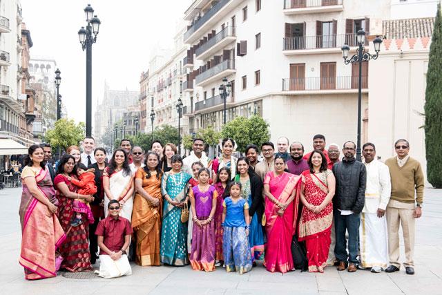 Foto familiar de la boda hindú en Sevilla, de Pooj & Siva