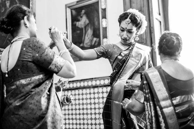 Novia con las madrinas, antes de su boda hindú