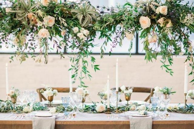 Mesa de novios decorada con flores blancas