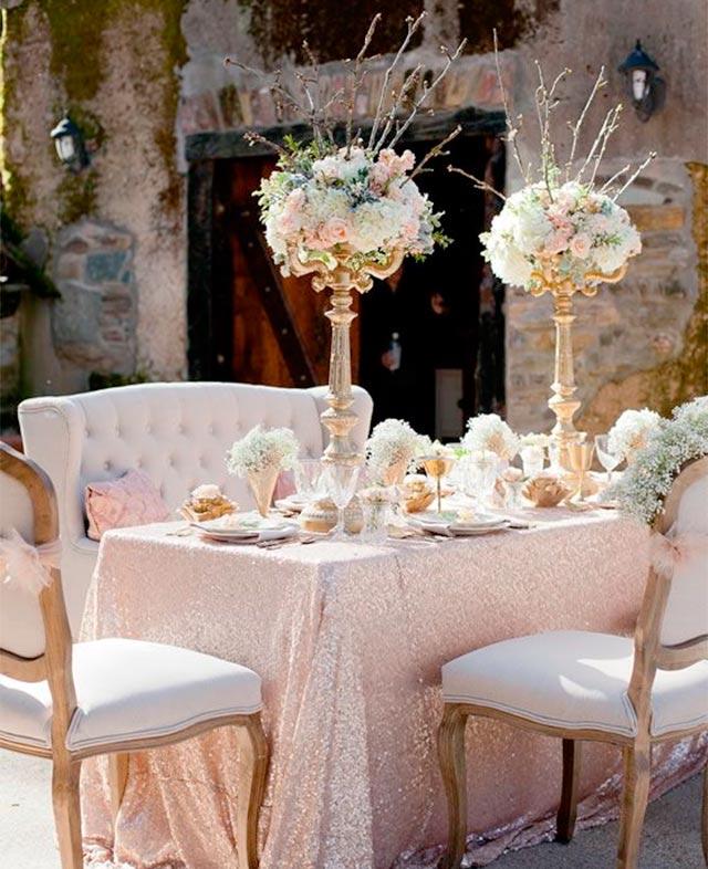 Idea de decoración de la mesa nupcial en una boda rústica