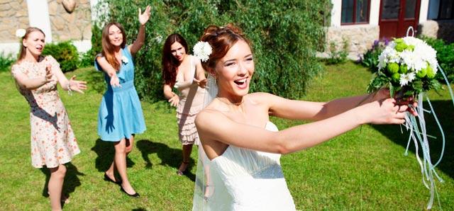 El significado de tirar el ramo de novia en una boda