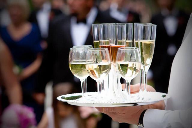 La mejor lista de canciones para que suenen durante el cóctel, el alumerzo o la cena en tu boda