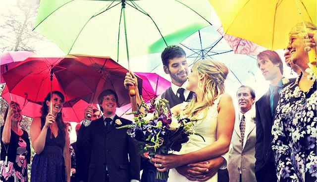 Paraguas para los invitados a una boda lluviosa