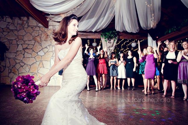 Por qué lanzamos el ramo de novia en las bodas