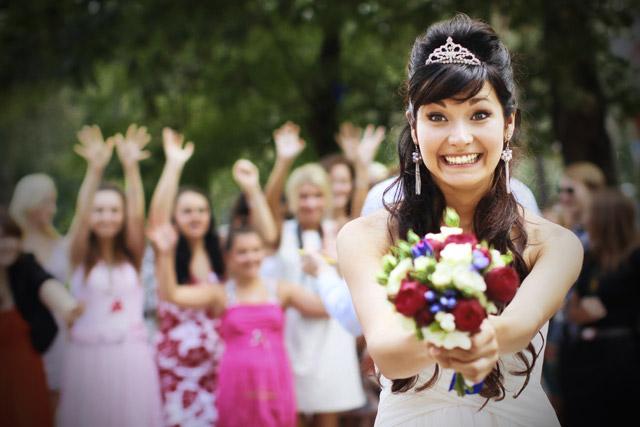La tradición de lanzar el ramo de novia. ¿Por qué y de dónde viene?