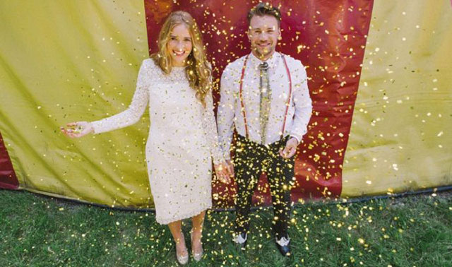 Lanzamiento de confeti a los novios al salir de la ceremonia de boda