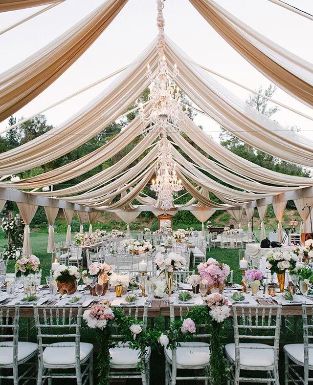 Mesa con estilo campestre en boda rústica