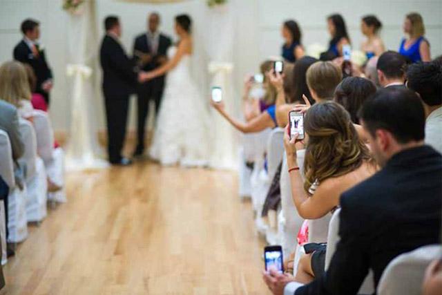 Prohibir usar móviles en bodas
