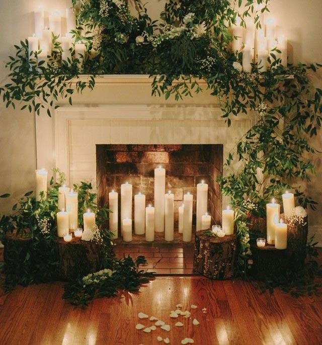 Chimenea con velas para decorar una boda romántica e íntima