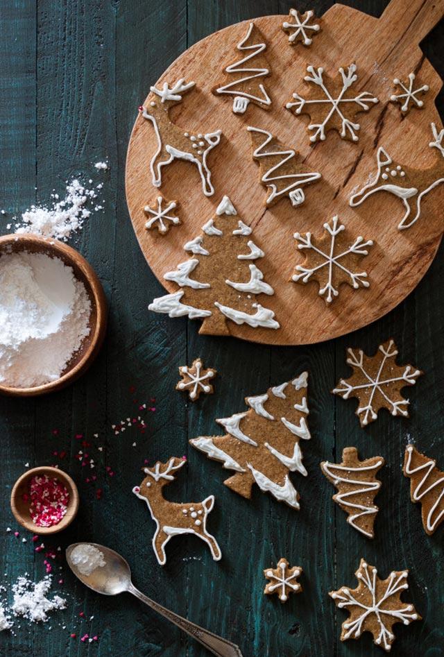 Galletas de Navidad con formas renos, árboles navideños y copos de nieve