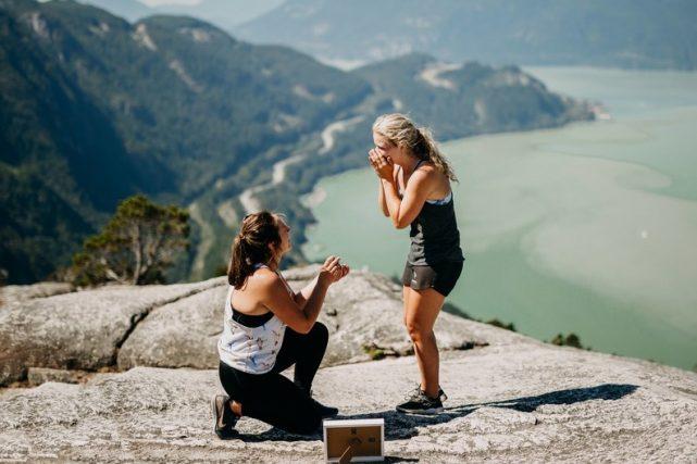 Pedida de manos original de dos chicas mientras hacían senderismo